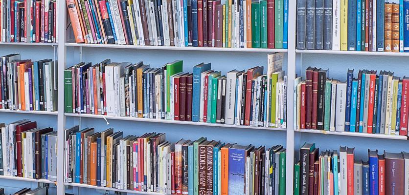 Bokhylla med 3 hyllplan med böcker